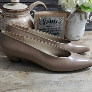 Evan Picone Woman's Beige Leather Pump